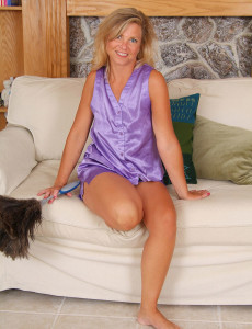 This Older  Wifey Looks Great  Opening Up Her Gams