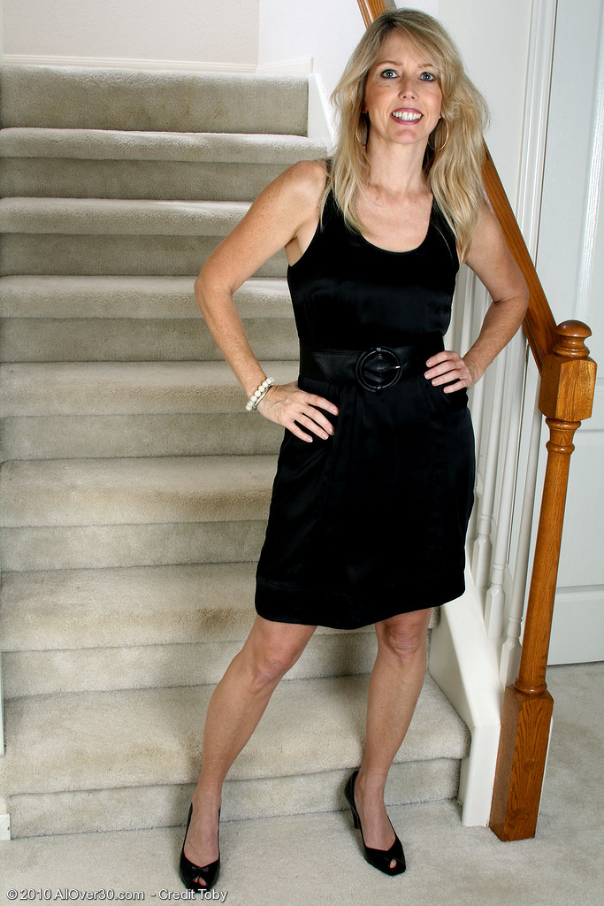 Blond  Mom Ginger B  Opens Her  Rump Broad for You on the Stairs