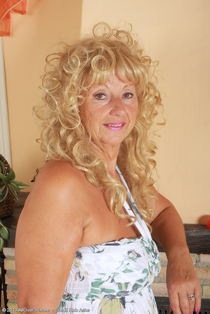 62 Year Old Samantha T from  Milfs30 Gives Us an Eye Full of  Cunt
