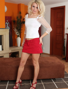 Smoking Hot  Blond Haired Selina from  Milfs30 Bares Her  Older Honey Skin