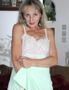Lacey 52 Year Old Sienna from Milfs30 Opening Up Her Older