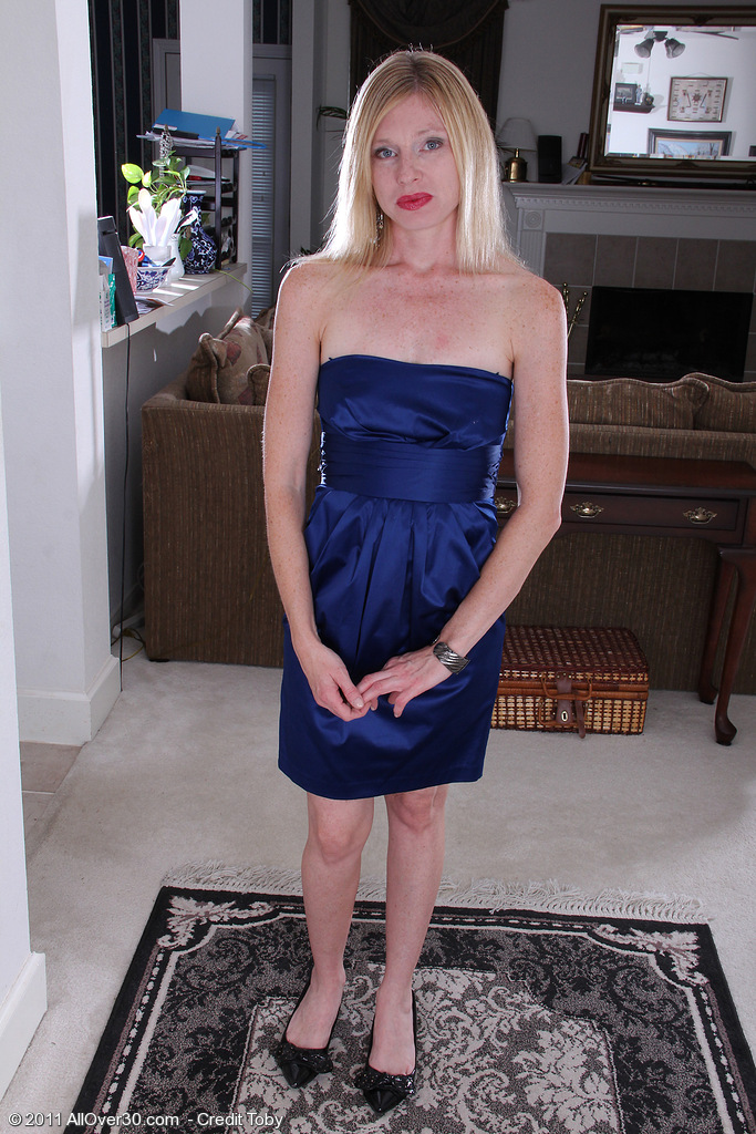 36 Year Old Tommi from  Milfs30 Looking Class in Her Blue Evening Dress