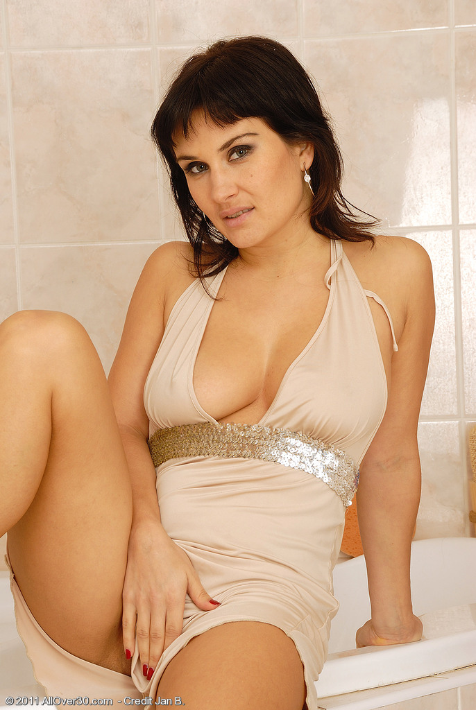 32 Year Old Valentina Gets Herself So Hot She Needs to  Tub for You