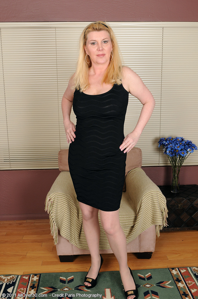 Unbelievably  Alluring 51 Year Old Venice Poses and  Opens for You