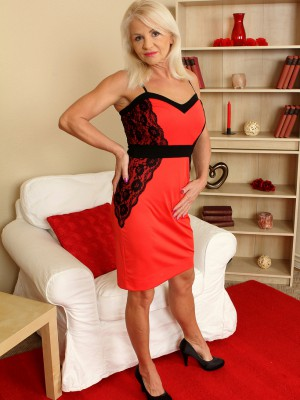 Blond and Elegant Inez from  Milfs30 Displaying off Her  Older Babe Body