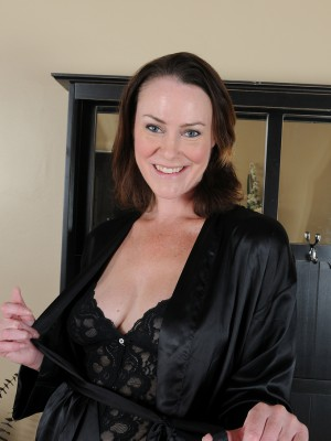Popular  Brown Haired Mummy Veronica Snow Pulls Aside Panties to Show All