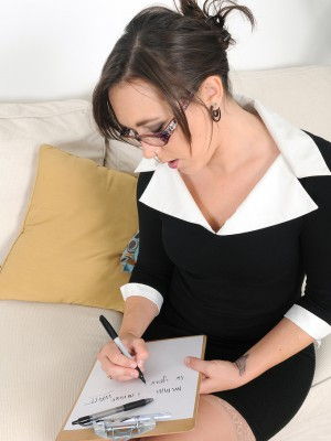 Sexy 20 Year Old Steno Sinn Sage Pauses Her Work to Spread Her Pussy