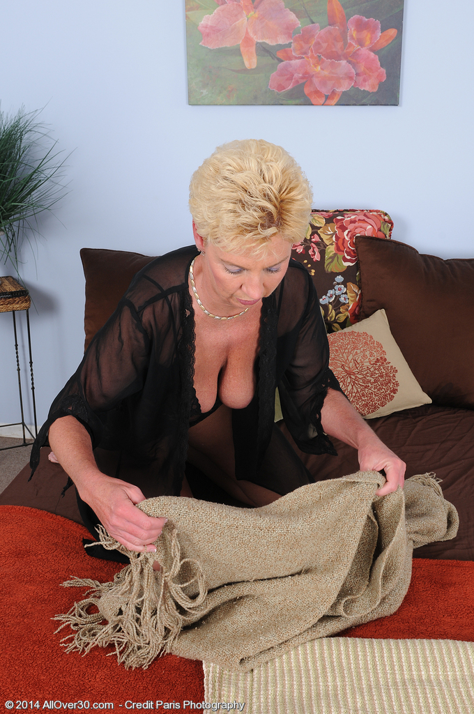 2 milf or mom make her first lesbian experience - 2 3