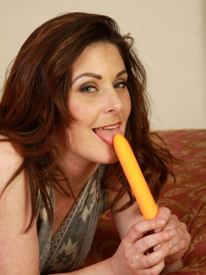 34 Year Old Tammy Wilcox Makes Utilize of Her Orange Magic Wand Here