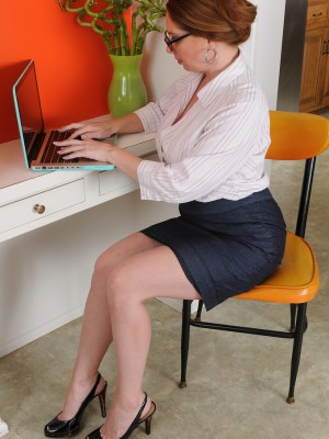 Chesty Secretary Kiki Daire Fingertips Her 39 Year Old  Cunt at Her Desk
