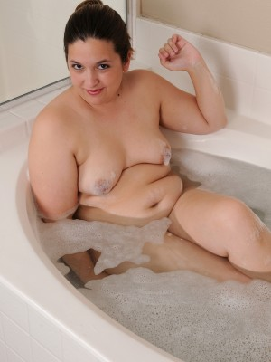 Plump 30 Yr Old Phoenix Insatiable Opens Her Pussy Lips in Tub