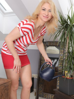 31 Yr Old Viktoria Zashu Gets  Nude a  Opens Her Long  Older Gams