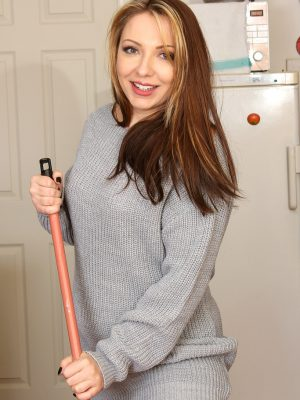 Crystal Coxxx Doing A Bit Of  Hot Housework