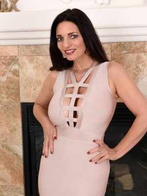 Elegant Ebony Haired  Cougar Mindi Mink