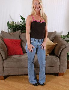 Spectacular  Cougar in Taut Bluejeans Shows off Her  Hot Skin