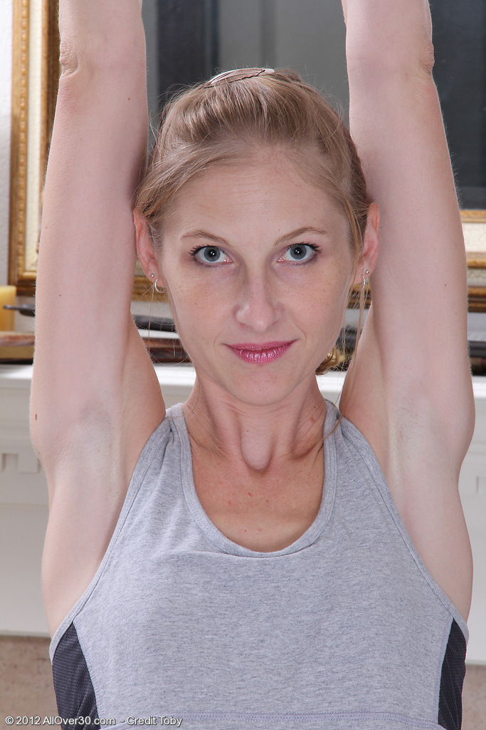 Thin  Mom Beyla Opens Up Her Muscles and Her Shaven  Twat