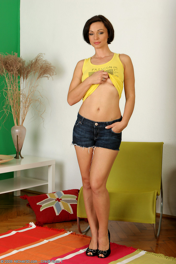 Smooth  Brown Haired  Cougar Glides out of Her Jeans Cut-offs to Wow Us