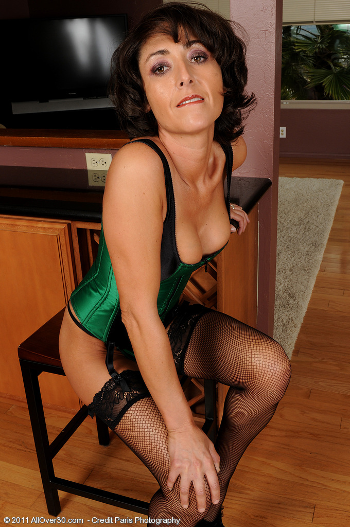 Slim  Cougar Coral from  Milfs30 Looking Very  Hot in Green Underwear