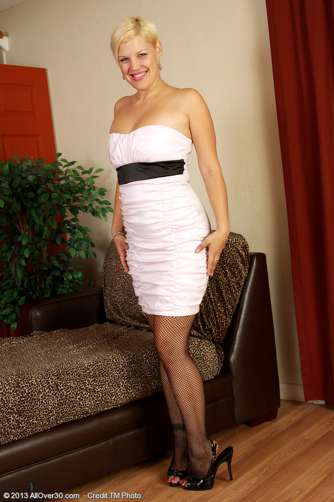 Elegant and  Blond Haired 32 Year Old Kelly L Looking  Sexy As She  Disrobes