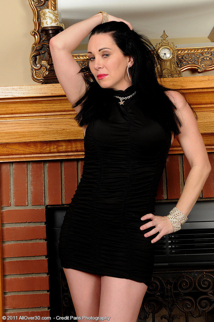 Hot and Elegant Rayveness Shows off  Her 38 Year Old  Slit Here