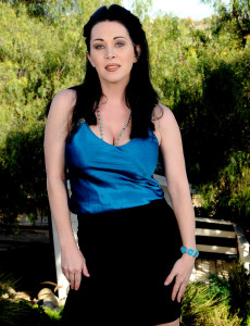 Stunning Rayveness  Opens Her 38 Year Old  Cunt Broad in the Yard