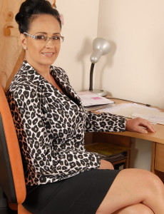 Office Gal Ria Ebony Takes a Violate from Her Duties to Stretched Her  Twat
