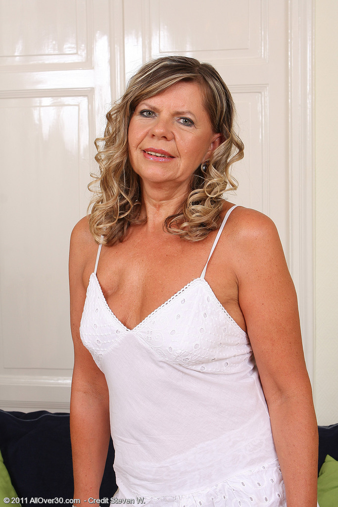 56 Year Old Samantha P from  Milfs30 Pulls Her  Older  Hoo Ha Broad