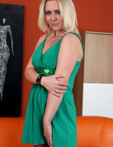 Blond  Cougar Shawnee Enjoys a Long Blue Double Headed  Dildo in Here