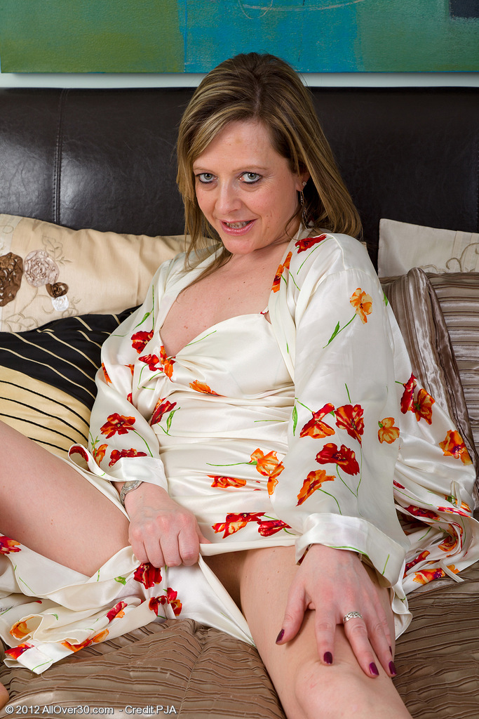 45 Year Old Velvety Hips Lou Prbes Her  Twat with a Golden  Dildo
