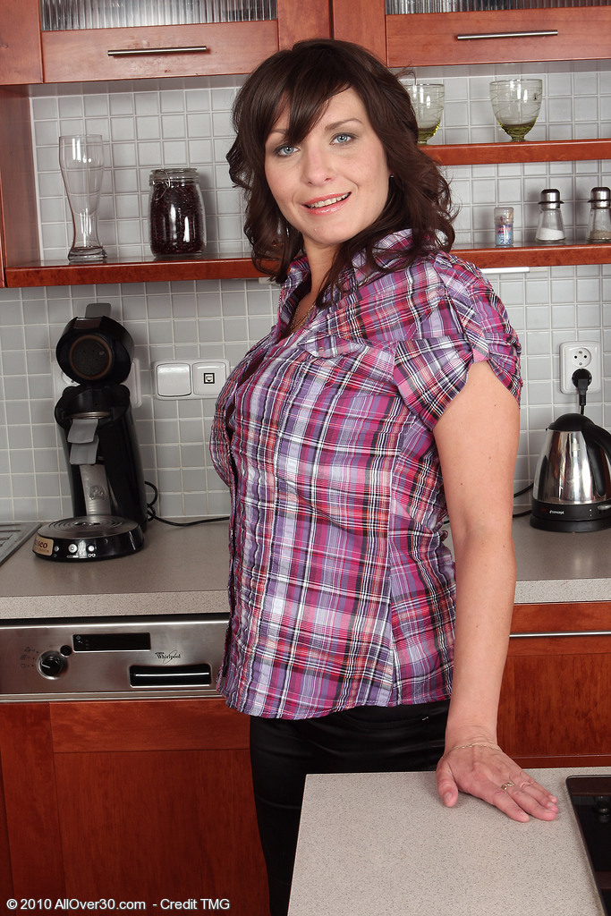Archives page 3 of 25 milfs 30 free for Naked in kitchen pics