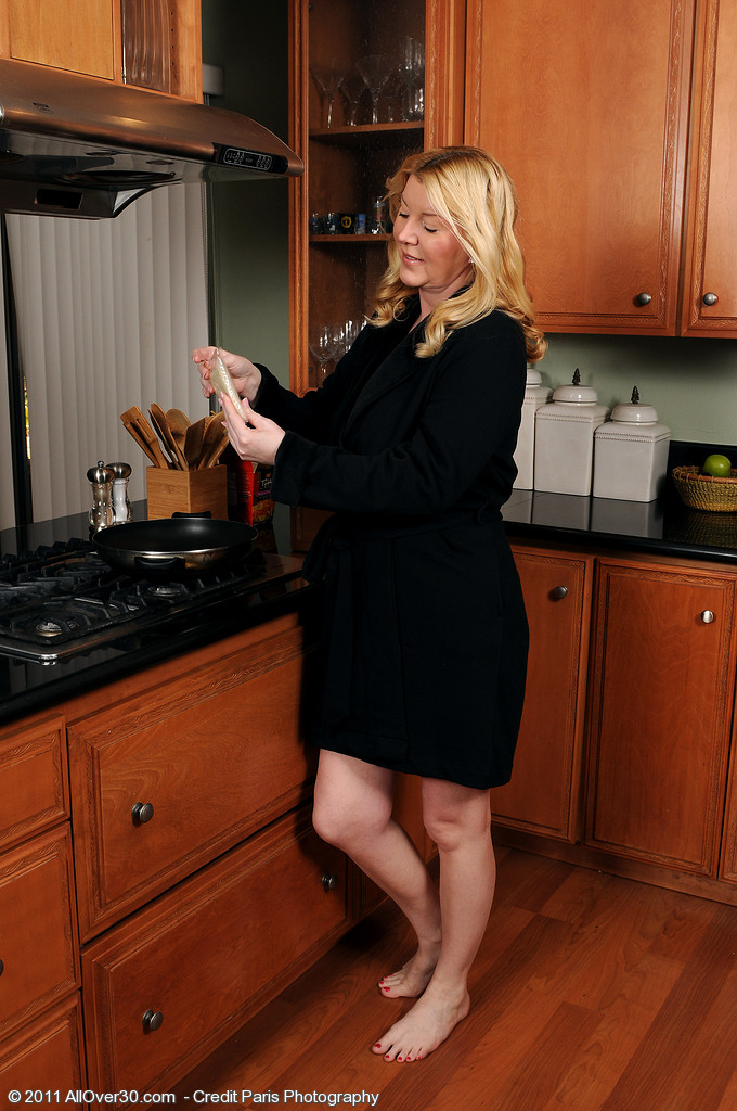 Sexy 51 Year Old Venice in the Kitchen Spreaqding Her  Beaver Wide  Pear