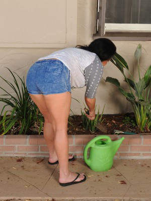 Sexy 45 Year Old Pepper Ann Gets Bare and Poses in the Backyard