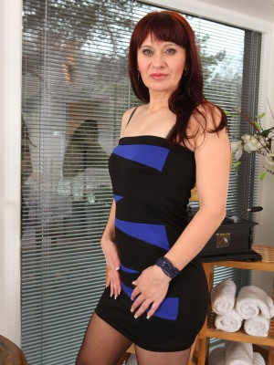 41 Year Old Vera Delight Stretches Her Adult Stocking Decorated Hips