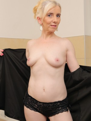skinny blond haired 48 year old dorena gets her older pussy natural