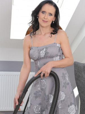 After Housework 35 Yr Old Pamela Price would like to Finger Her  Hoo Ha