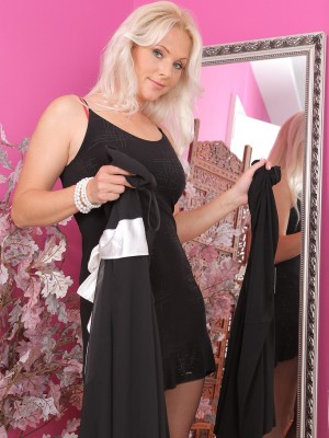 Gorgeous 36 Yr Old Marlene Slides Her Fingertips Deep to the girl Hot Cage