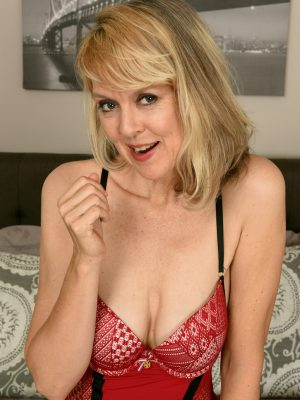 Sultry Mature Jamie Foster