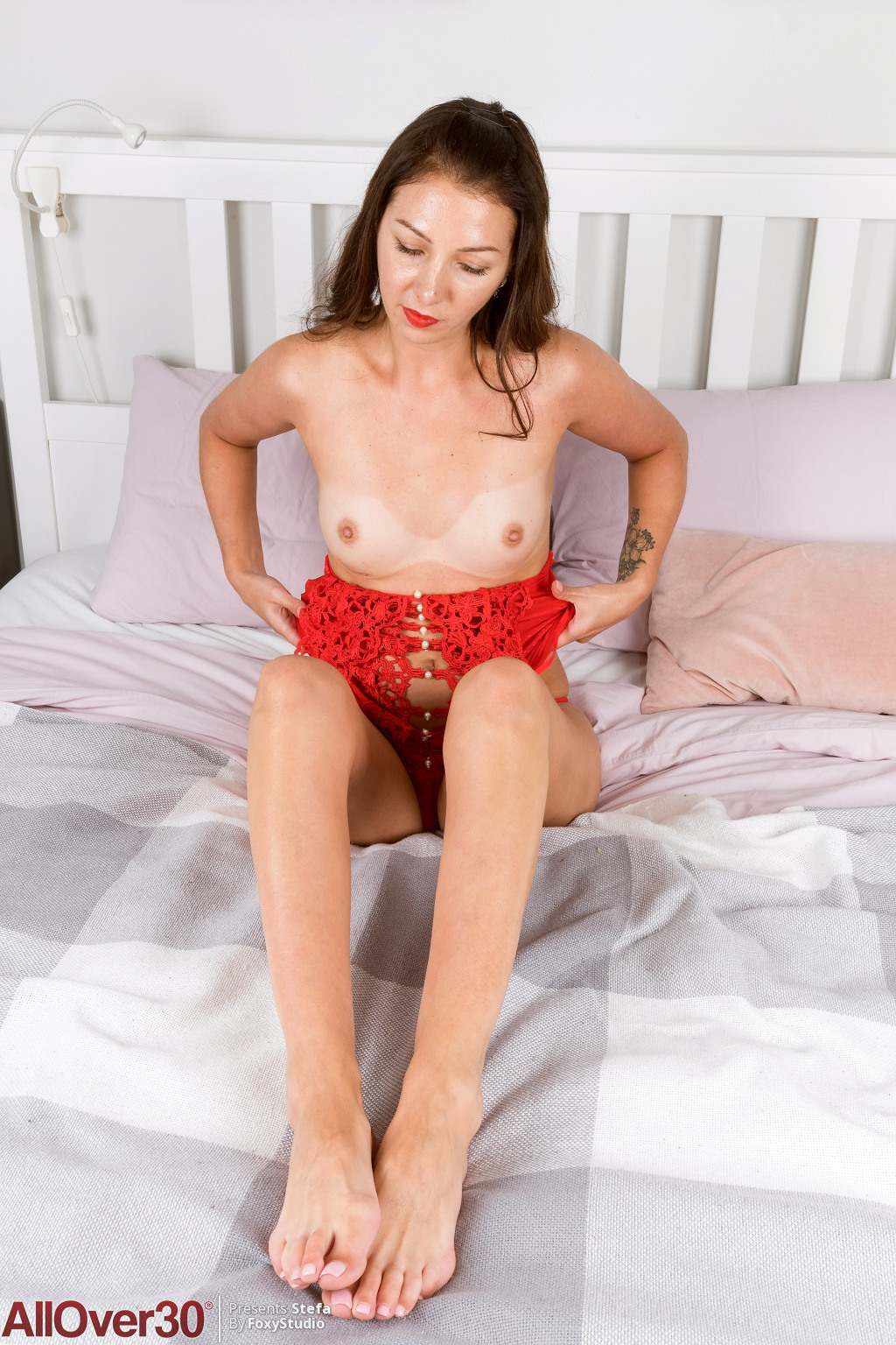 stefa-lacy-red-in-bed-09